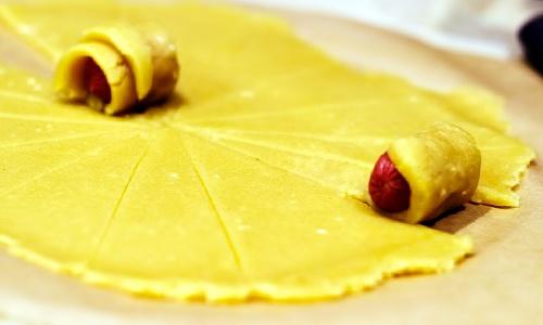 фото как заворачивать красиво сосиску в треугольник из теста