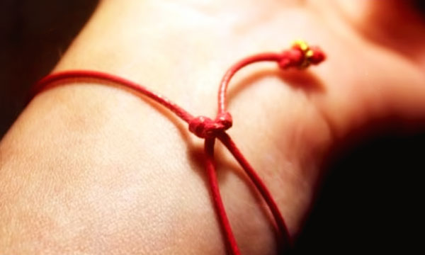 красная нить молитва при завязывании красной нити на запястье