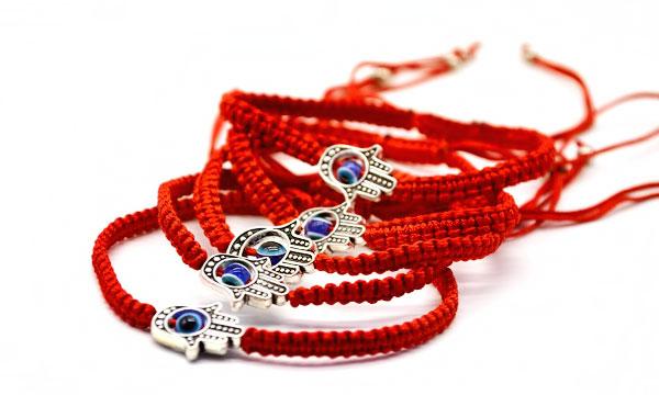 Красная нить на запястье: что значит и как носить