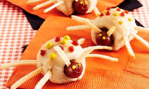 фото как сделать из колбаски и теста паучков